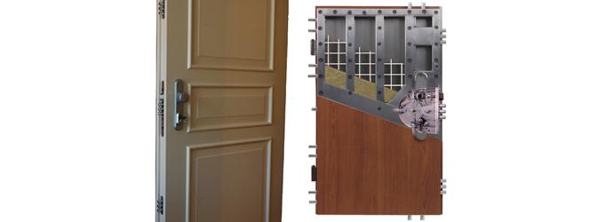 35c57185cb En sikkerhedsdør består af en stålkerne overdækket med træoverflade og  leveres med en stålkarm. Den beskytter mod brand