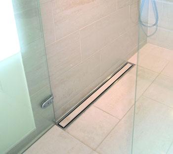 """Et badeværelse med """"usynligt"""" afløb - bygogbolig"""